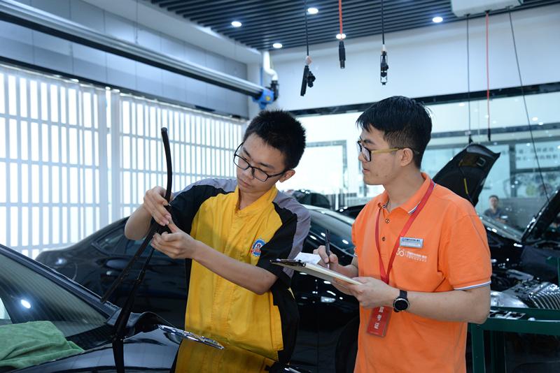 采访重庆万通教师唐国伦: 我愿把所有技能毫无保留地教给学生