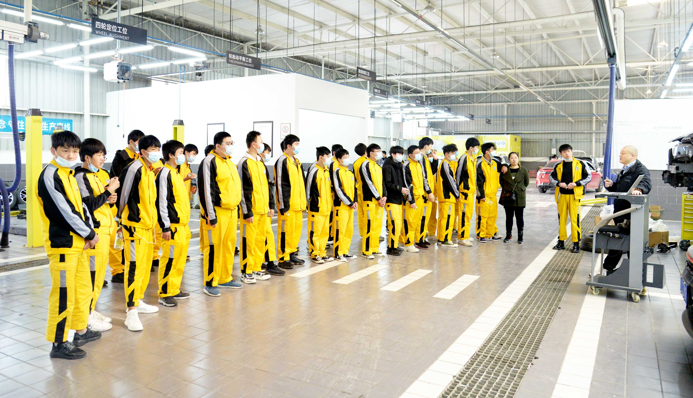 重庆万通新生学子领克研学游。